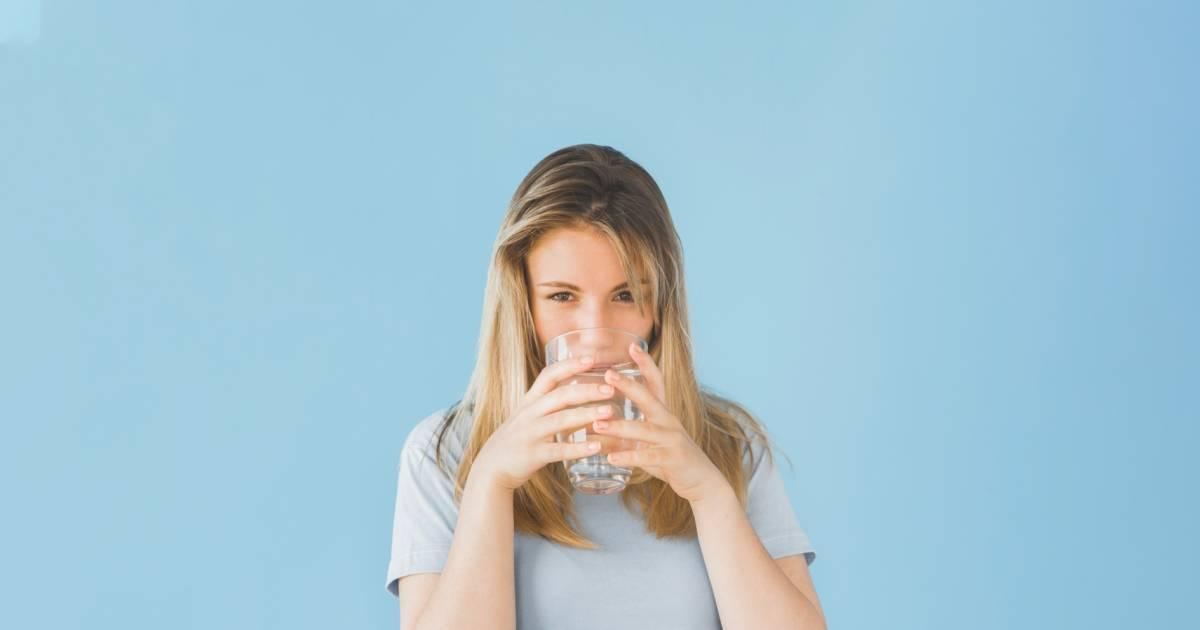 Femme verre eau